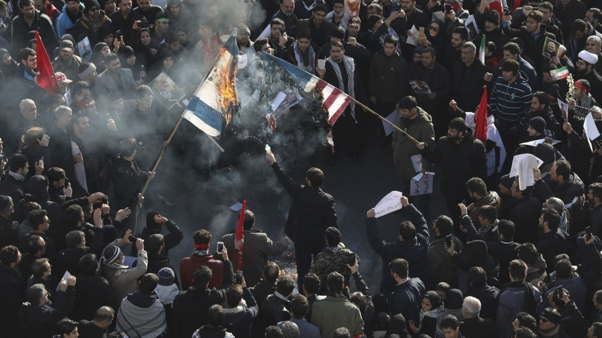 Иранска фабрика прави по 4000 US и британски знамена месечно, горят ги на протести