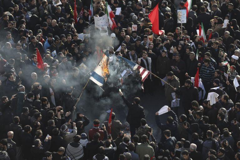 """На площада """"Ислямска революция"""" в Техеран горят израелски и американски знамена, 6 януари"""