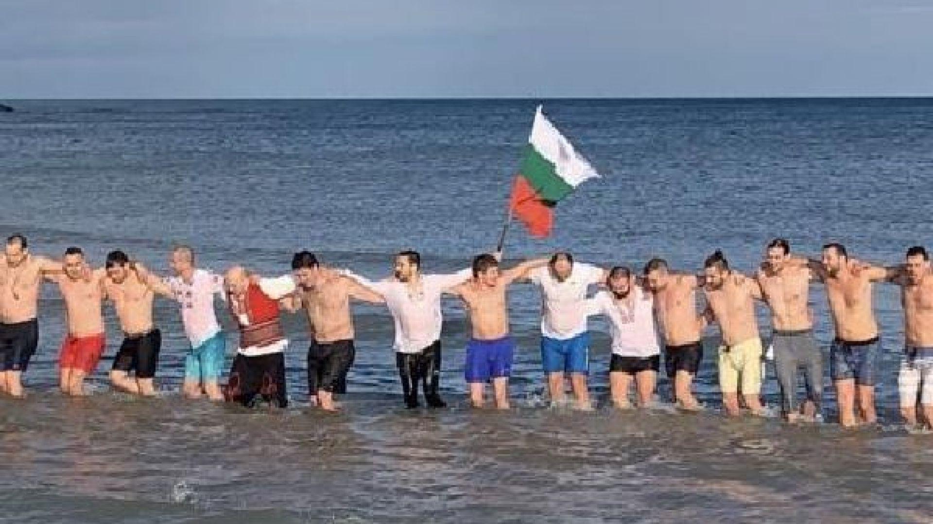 Българите в Чикаго скачаха за кръста и играха ледено хоро (видео)
