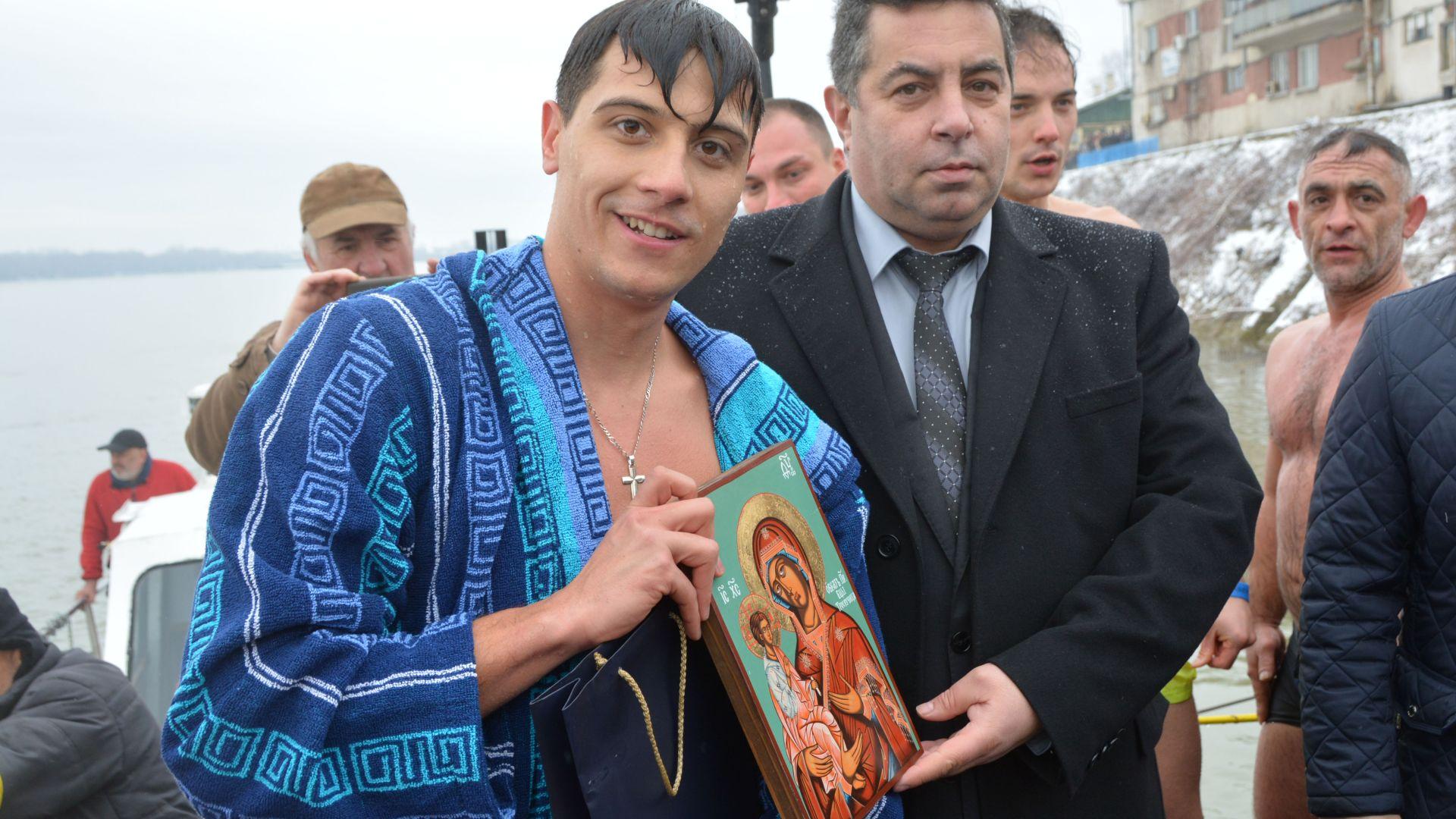 Снимка: Младеж хвана за трети път кръста на Богоявление в Русе