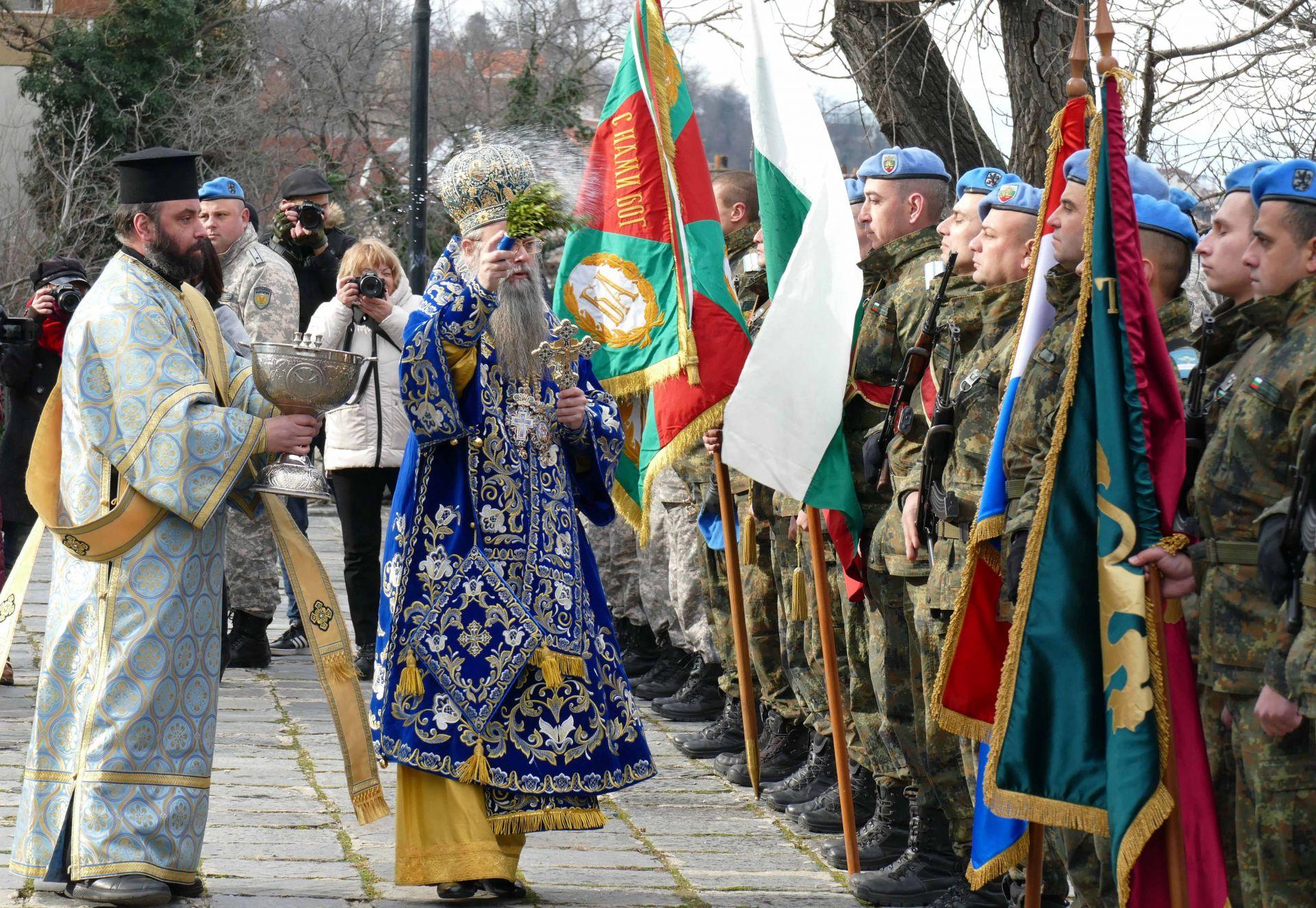 Пловдивският владика митрополит Николай освети бойните знамена на пловдивския гарнизон и поведе голямото литийно шествие до река Марица