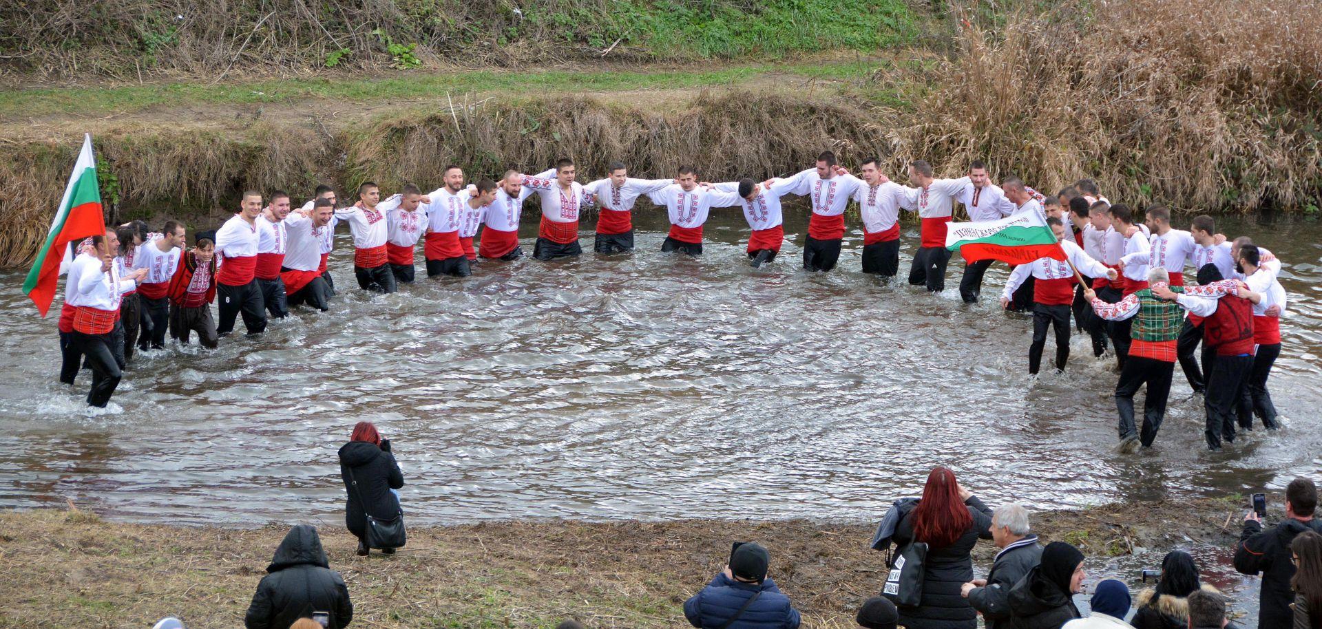 """40 мъже играха хоро и спасяваха кръста в река """"Харманлийска"""""""