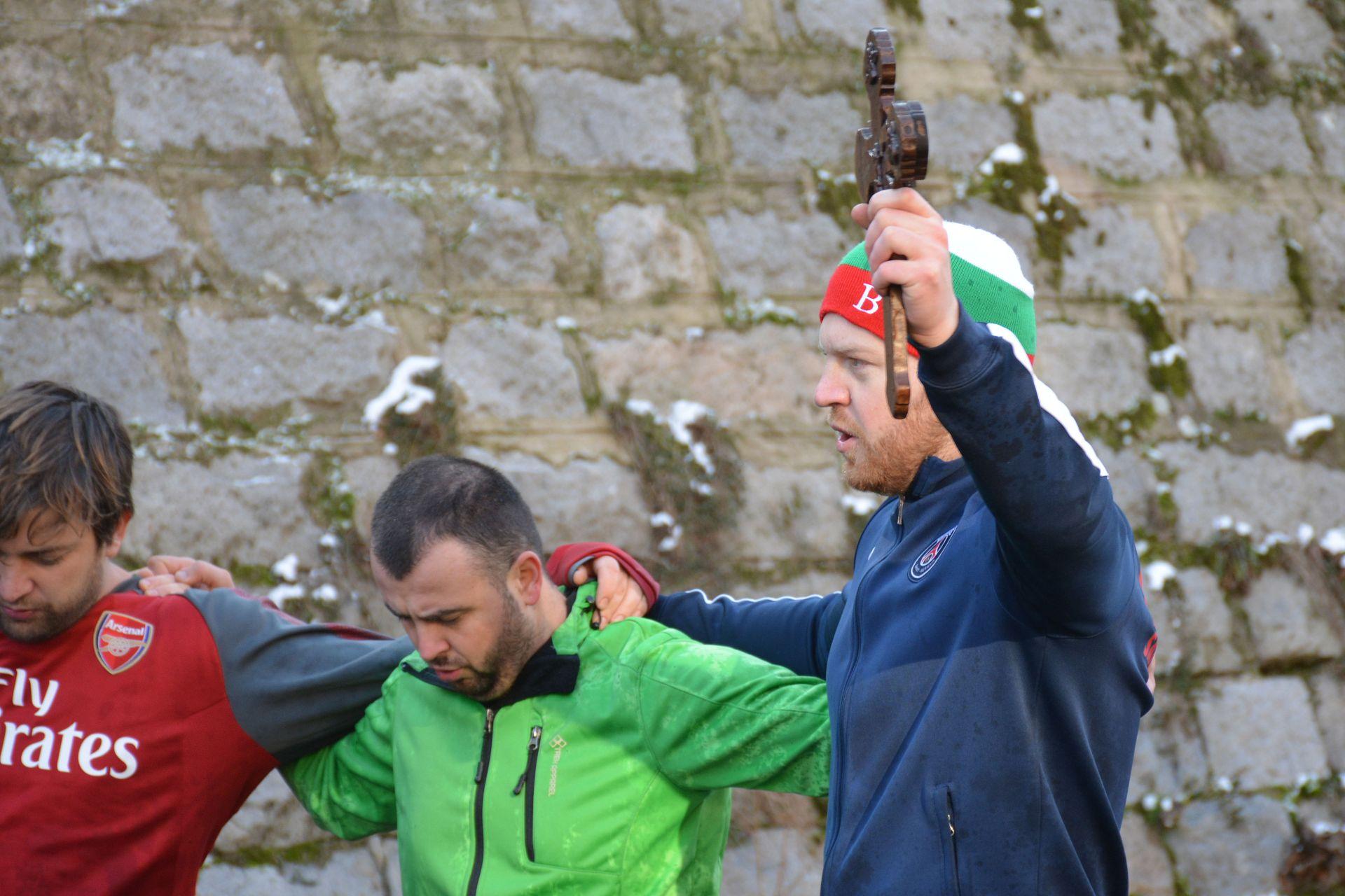 27 - годишният състезател по таекуондо Николай Томанов се добра пръв до Богоявленския кръст във водите на река Благоевградска Бистрица в Благоевград