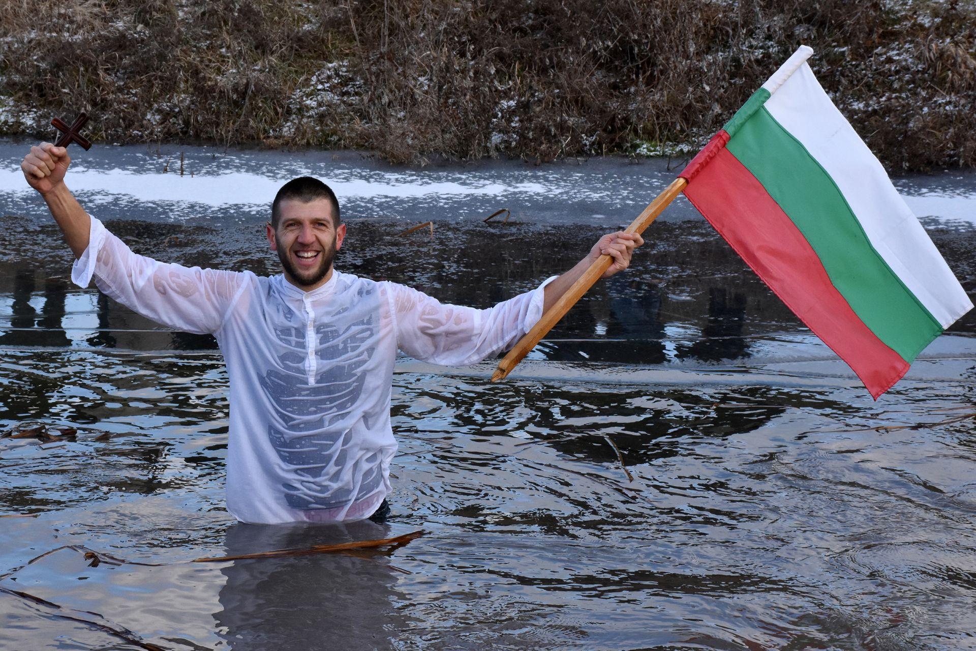 31-годишният Евгени Александров хвана за поредна година Богоявленският кръст в ледените води на река Лесновска в Елин Пелин