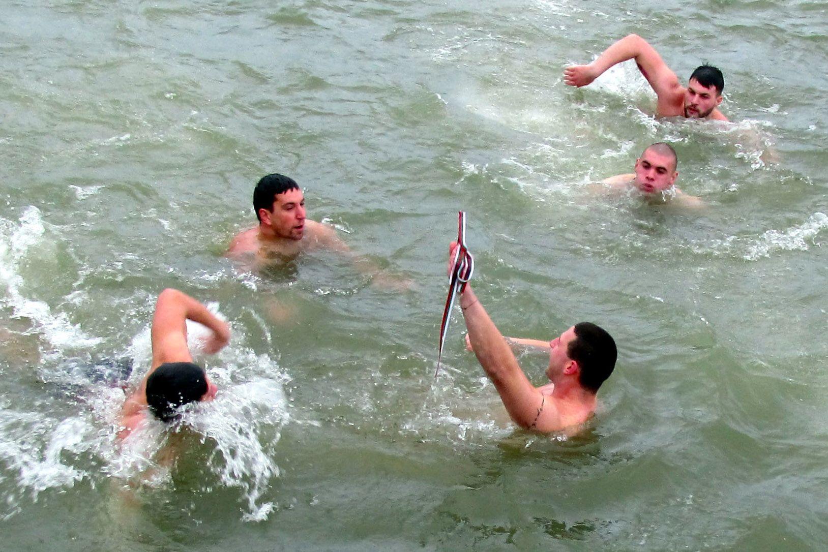 Двадесет и пет годишният Тодор Велинов извади богоявленския кръст от водите на Дунав край Силистра. В реката скочиха единадесет смелчаци