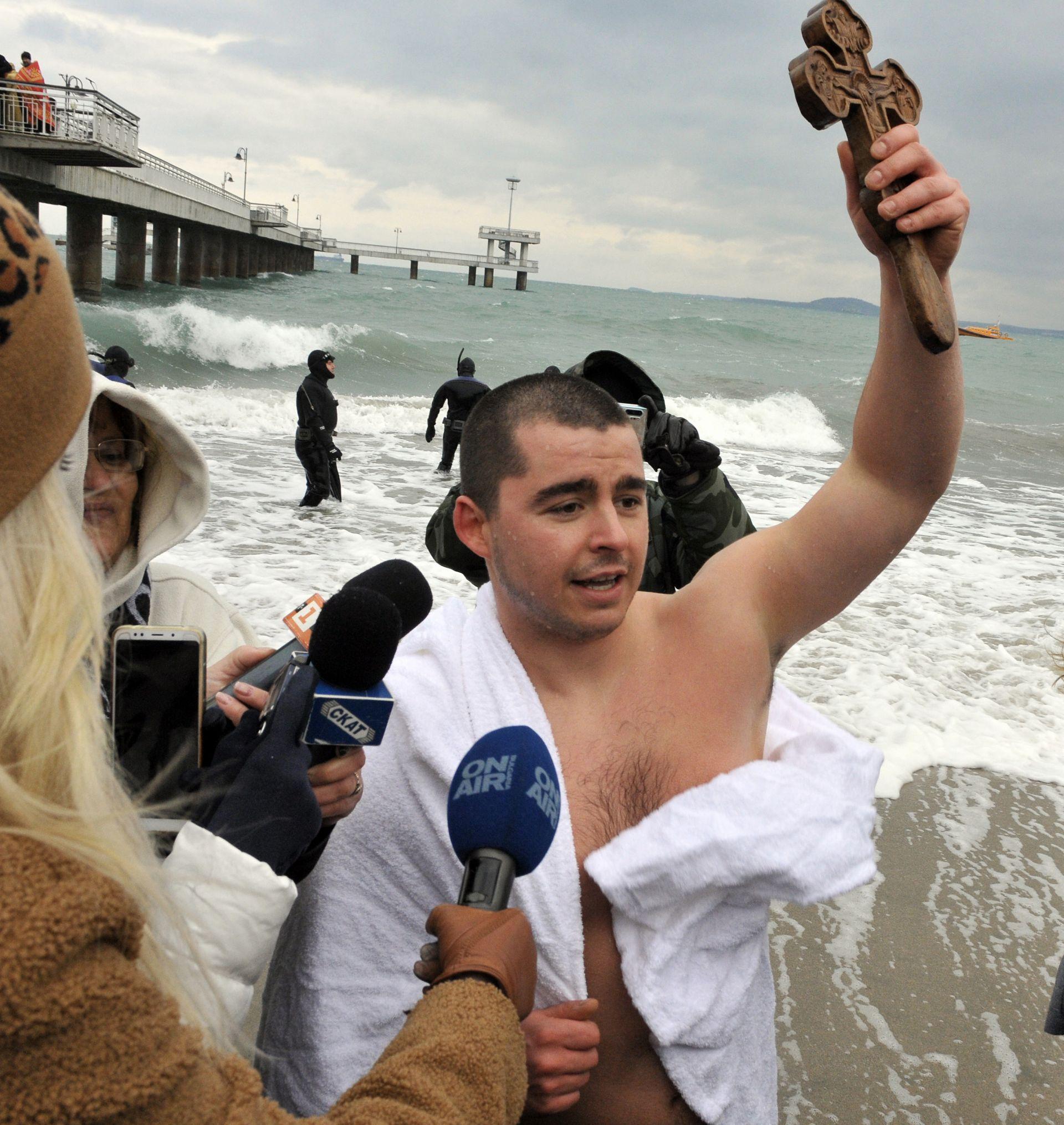 Кръстът в Бургас при Моста бе изваден от 22-годишния Яким Георгиев от Бургас,студент в Англия