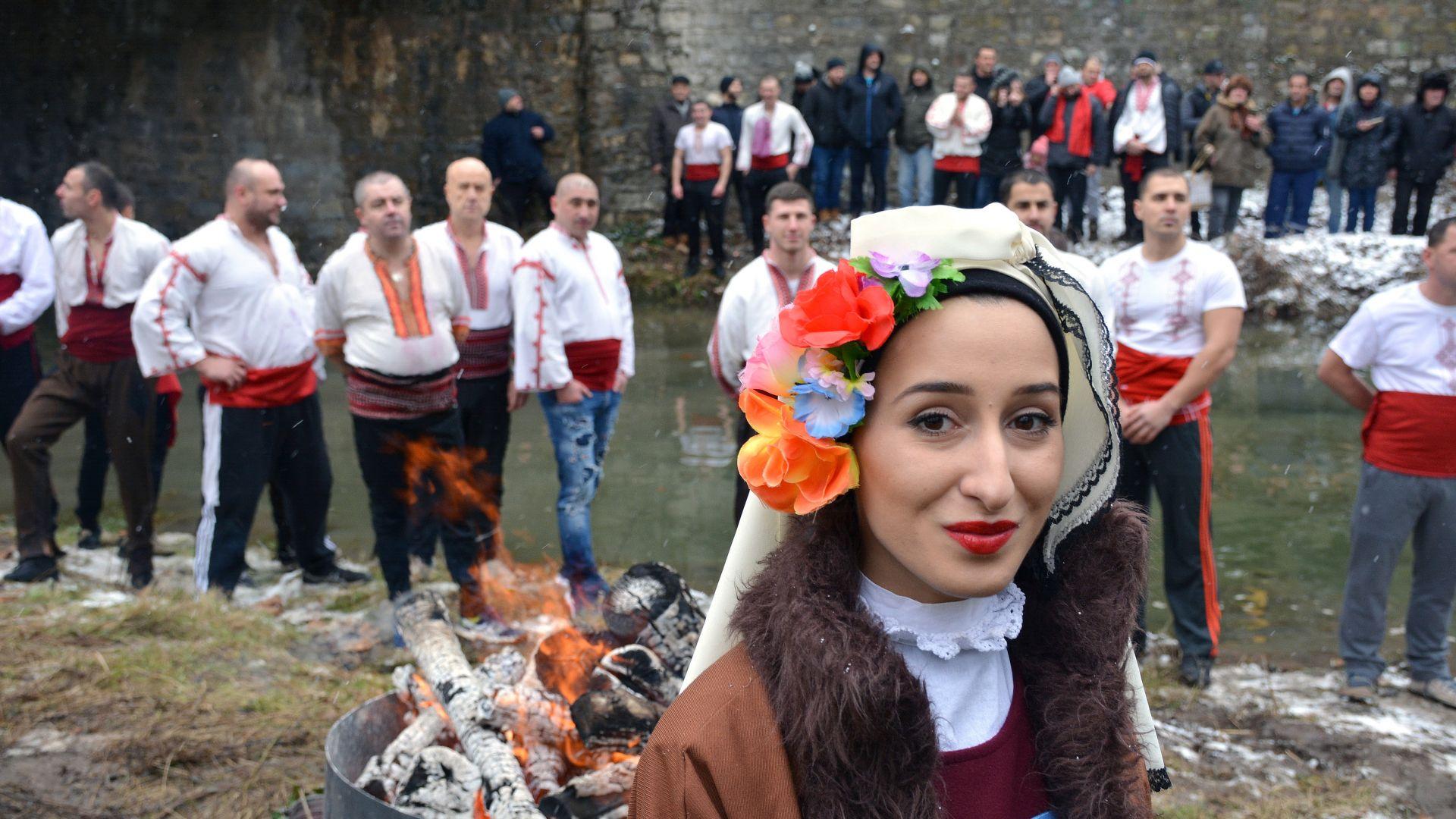България освети бойните си знамена и спаси кръста (45 снимки )