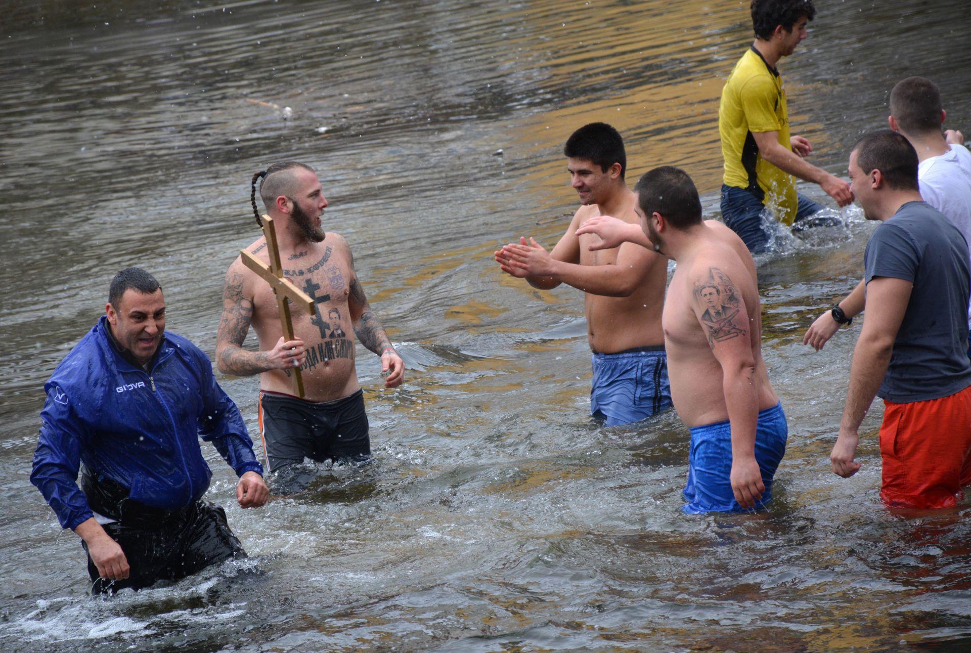 Тридесет и четири годишният Ивайло Енчев за четвърта поредна година извади богоявленския кръст от студените води на река Осъм в Ловеч