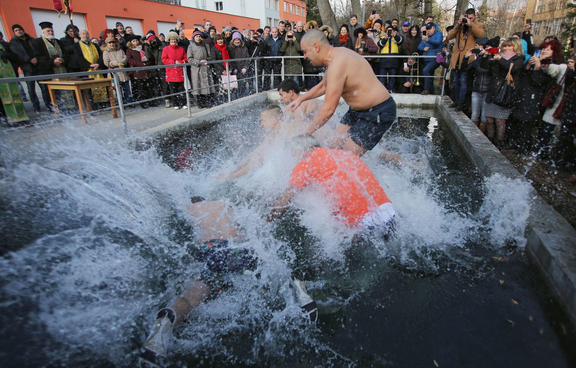 За първи път от много години на Богоявление кръстът в Перник се вади от водата. Досега Светият кръст се разиграваше на търг, като негов кум ставаше далият най-много пари за откупуването му