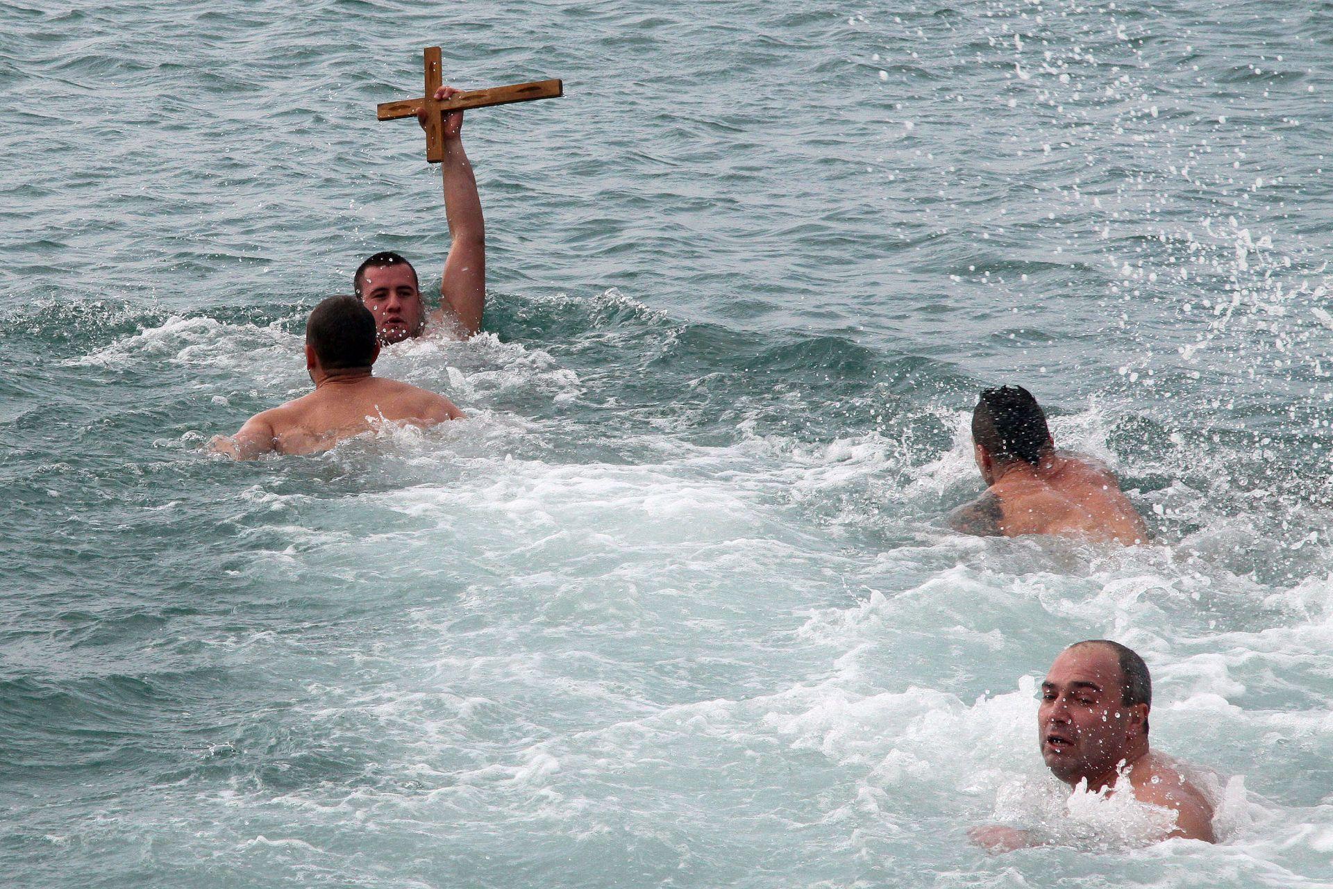 Андриян Сократев (23г.) извади светия кръст по време на Богоявленския ритуал, отслужен на Буна 2 в Каварна