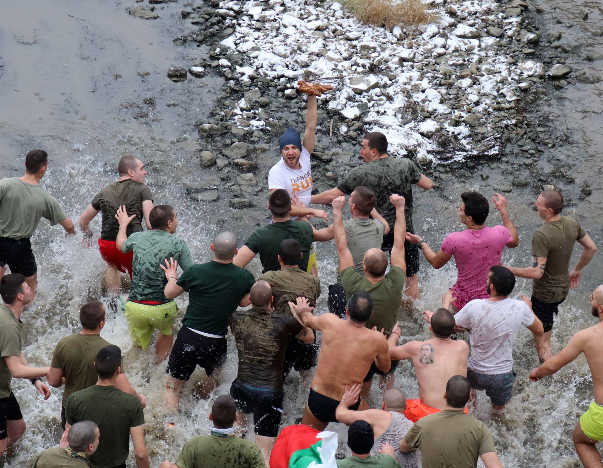 Петър Филев (38г.) извади светия кръст от ледените води на река Янтра на Богоявлиение във Велико Търново