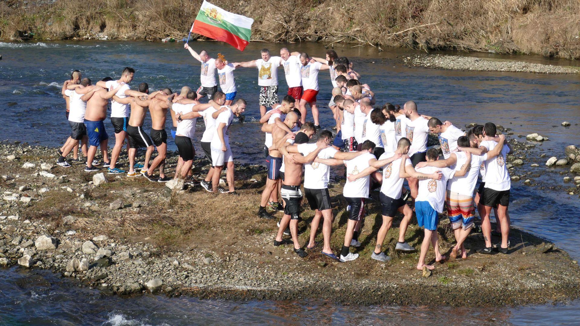 Над 50 смелчаци скочиха в река Марица в Пловдив за Богоявленския кръст
