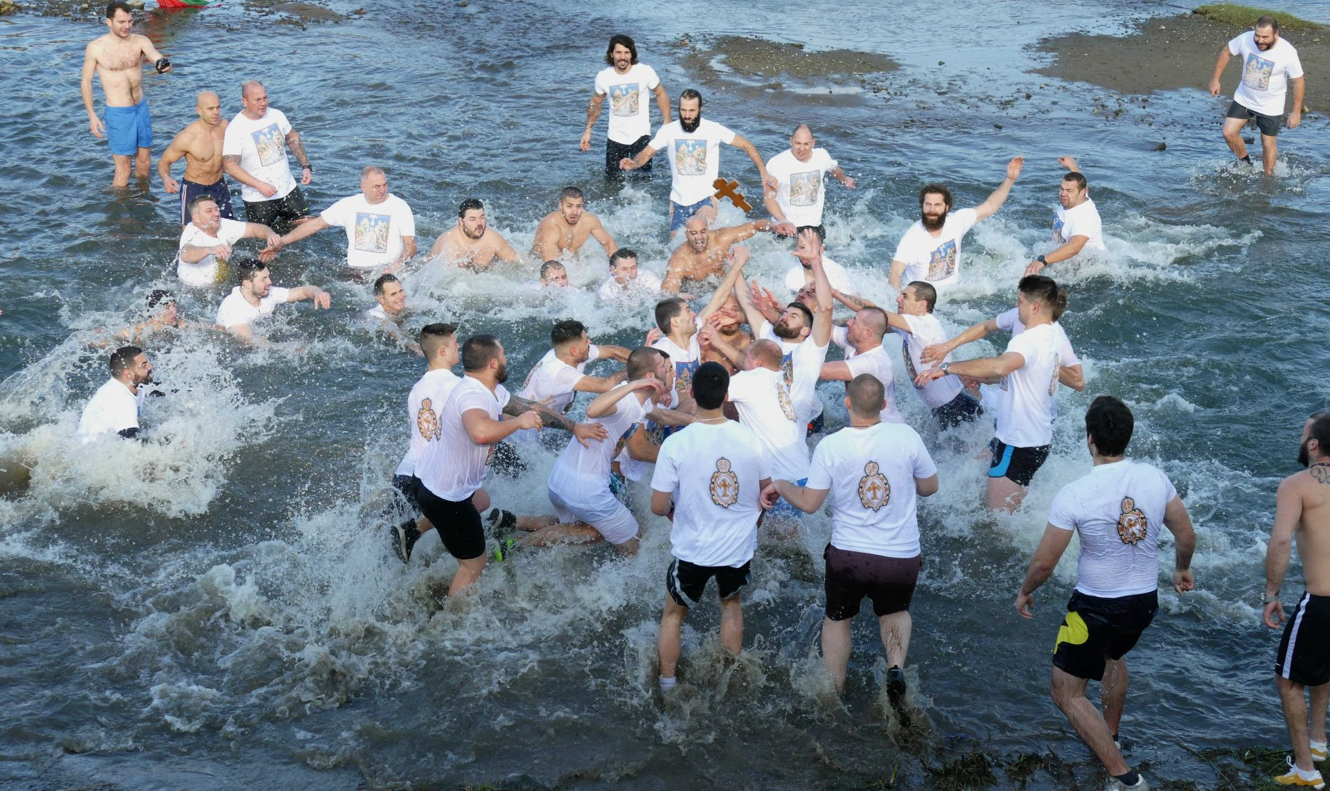 Над 50 мъже скочиха в река Марица в Пловдив за кръста по време на празника Йордановден (Богоявление)