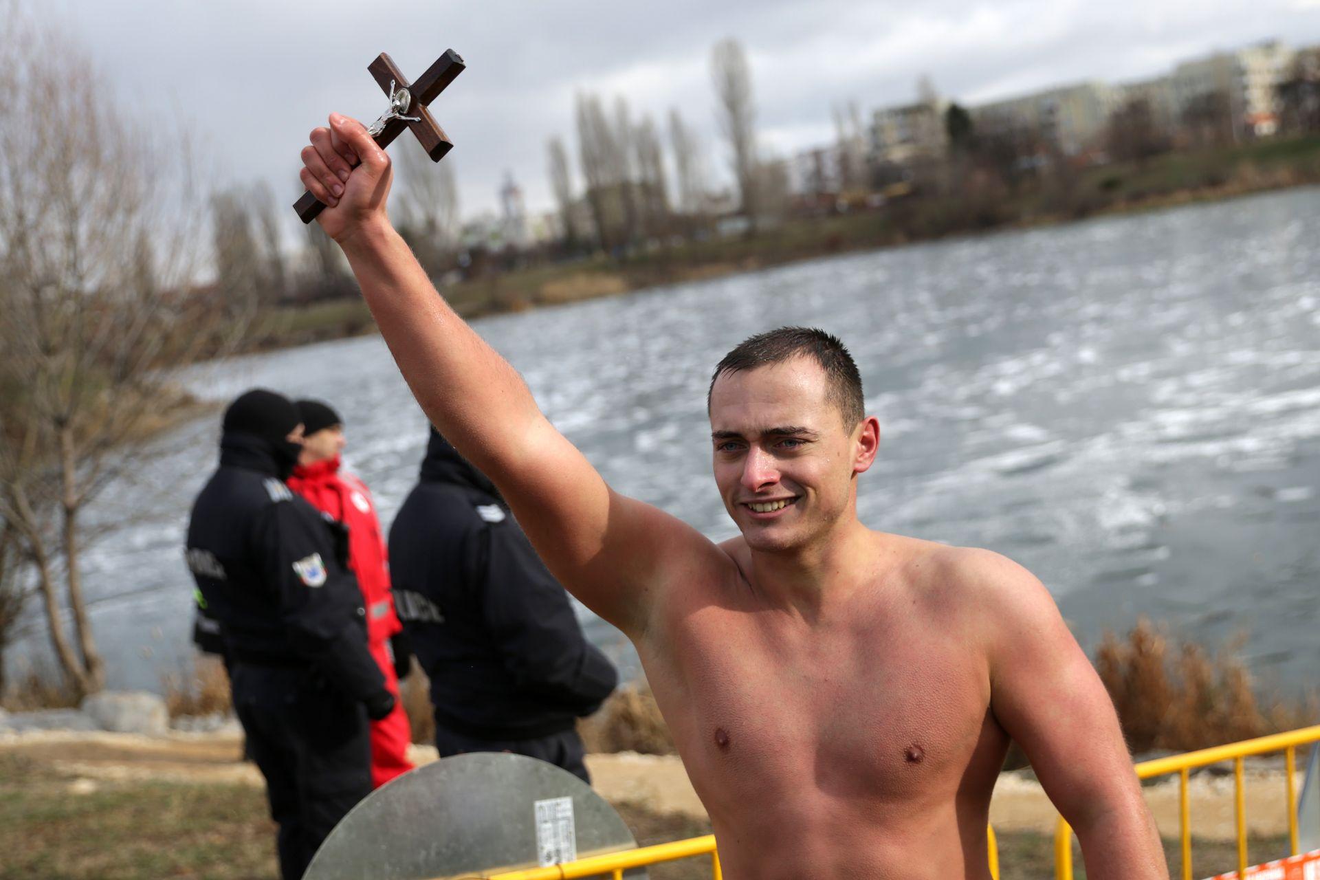"""22-годишният софиянец Александър Лебешковски отново спаси Богоявленския ръст, изваждайки го за трети път от ледените води на езерото в столичния квартал """"Дружба"""""""
