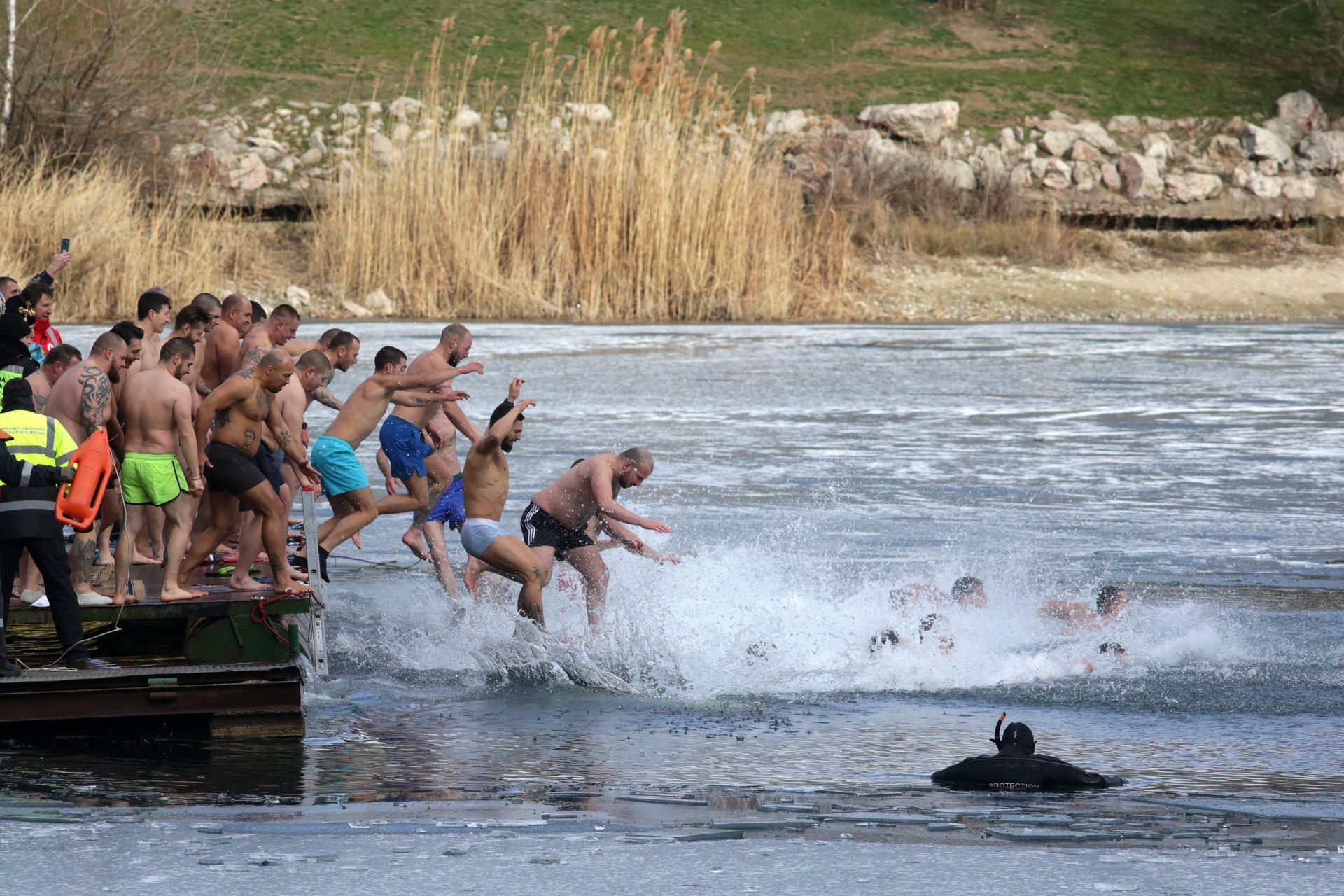 """В парк """"Езерото"""" в ж.к. """"Дружба 1"""" бе изпълнен традиционният ритуал по спасяване на кръста във водите на езерото"""