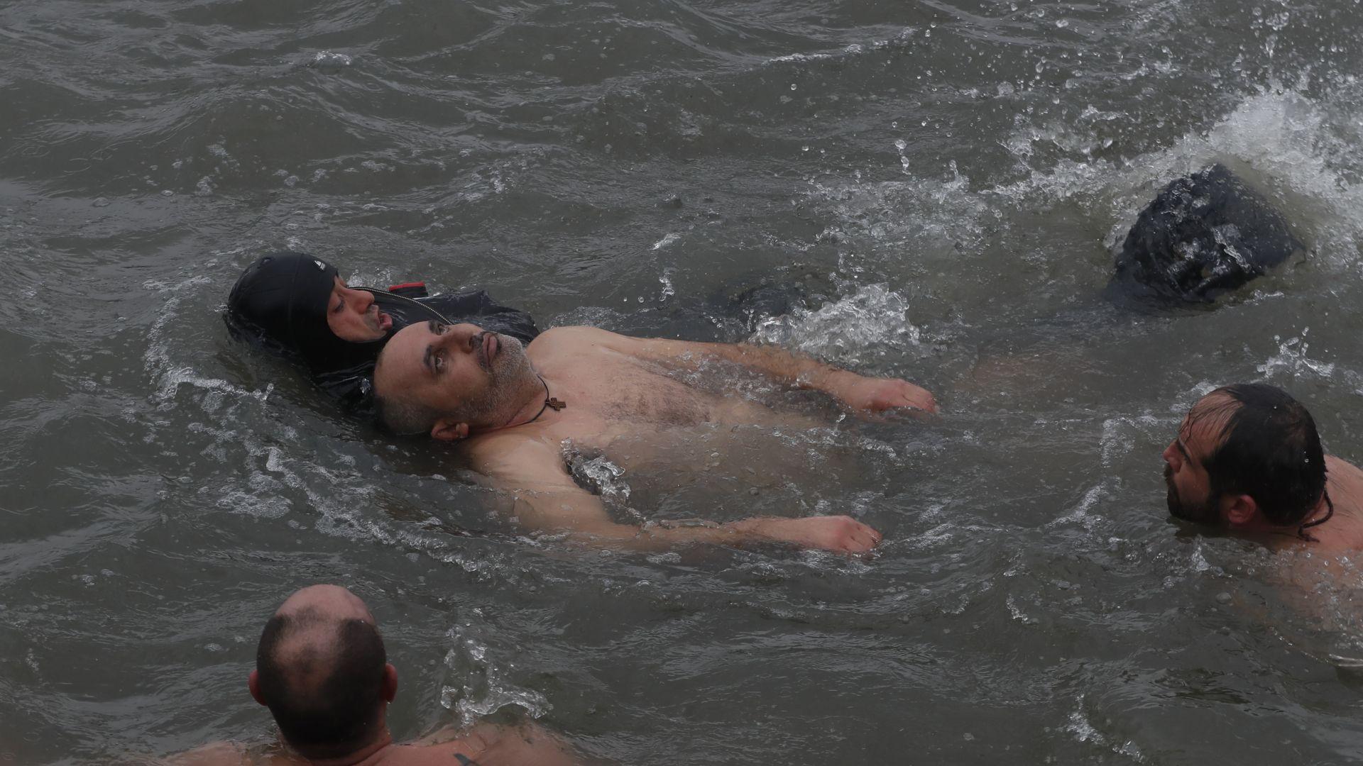 Мъж почти се удави при хвърлянето за кръста в Истанбул (снимки)