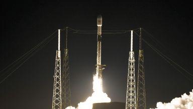 """""""SpaceX"""" изстреля """"съзвездие"""" от още 60 интернет сателита (снимки и видео)"""