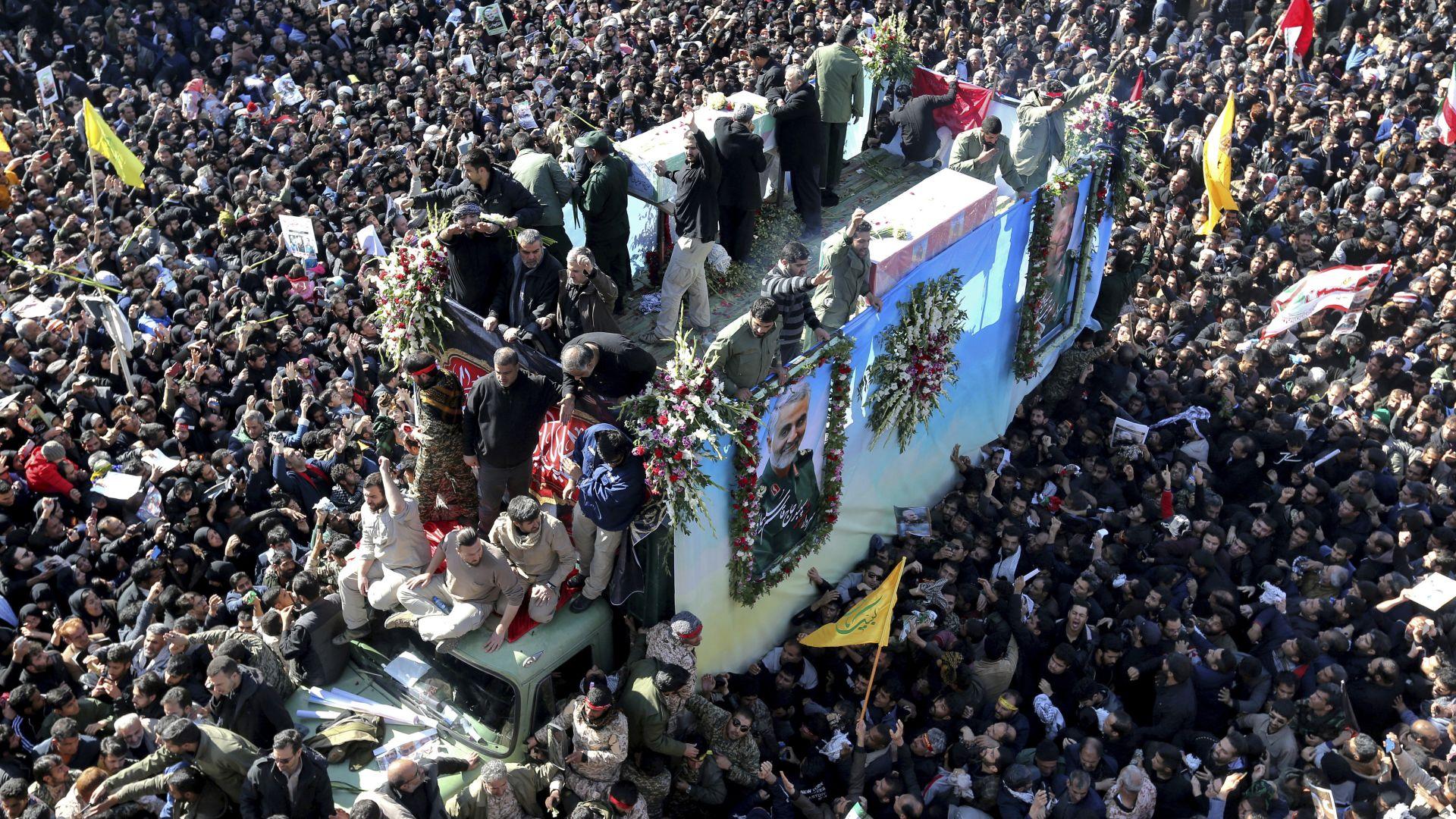 Поне 32 премазани до смърт при убийствена блъсканица на погребението на Солеймани