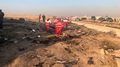"""Украински """"Боинг 737"""" със 180 души на борда се разби в Иран, няма оцелели (видео)"""