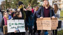 Съдят 12 екоактивисти за нахлуване в офиса на швейцарска банка