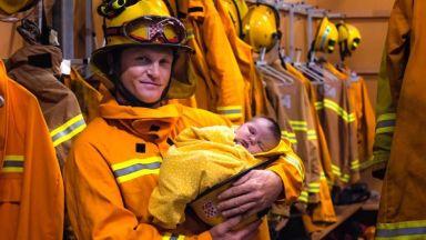 Снимка на пожарникар с бебе в Австралия разтапя сърцата на хиляди по света