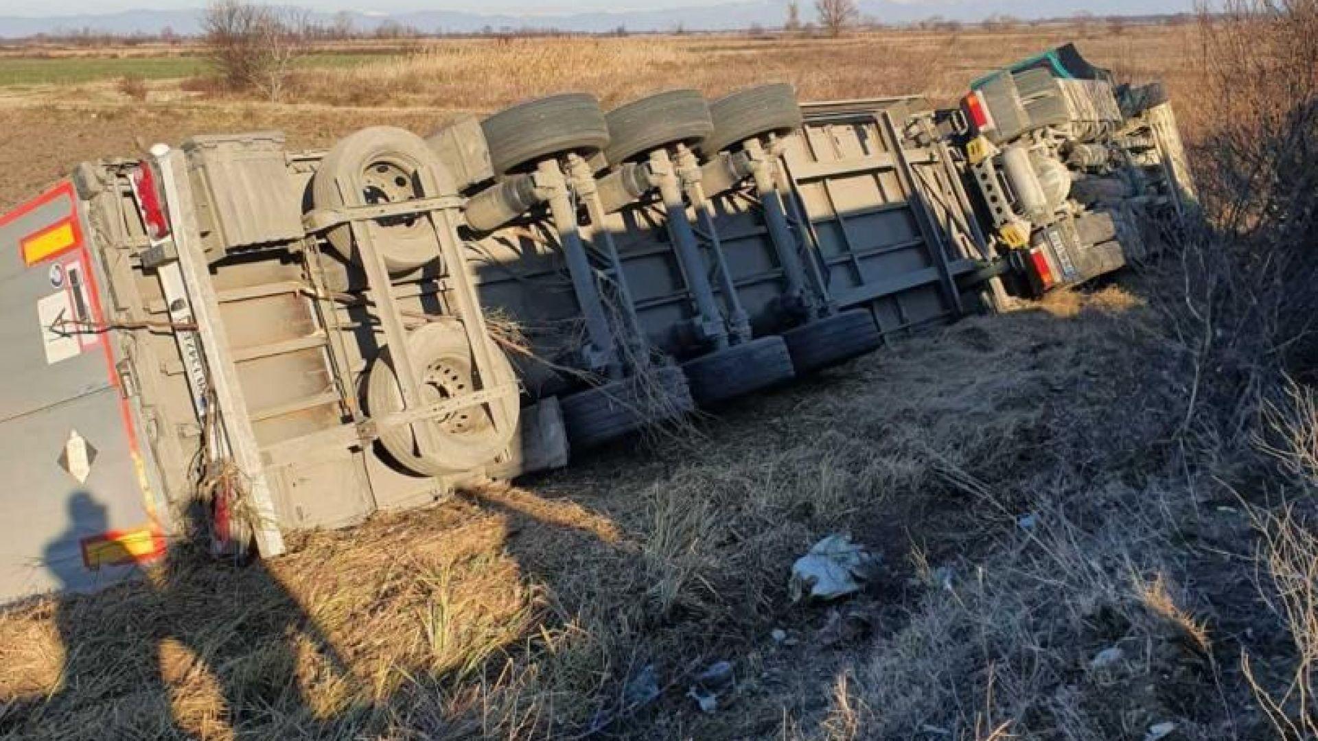 ТИР се обърна в крайпътна канавка, шофьорът загина