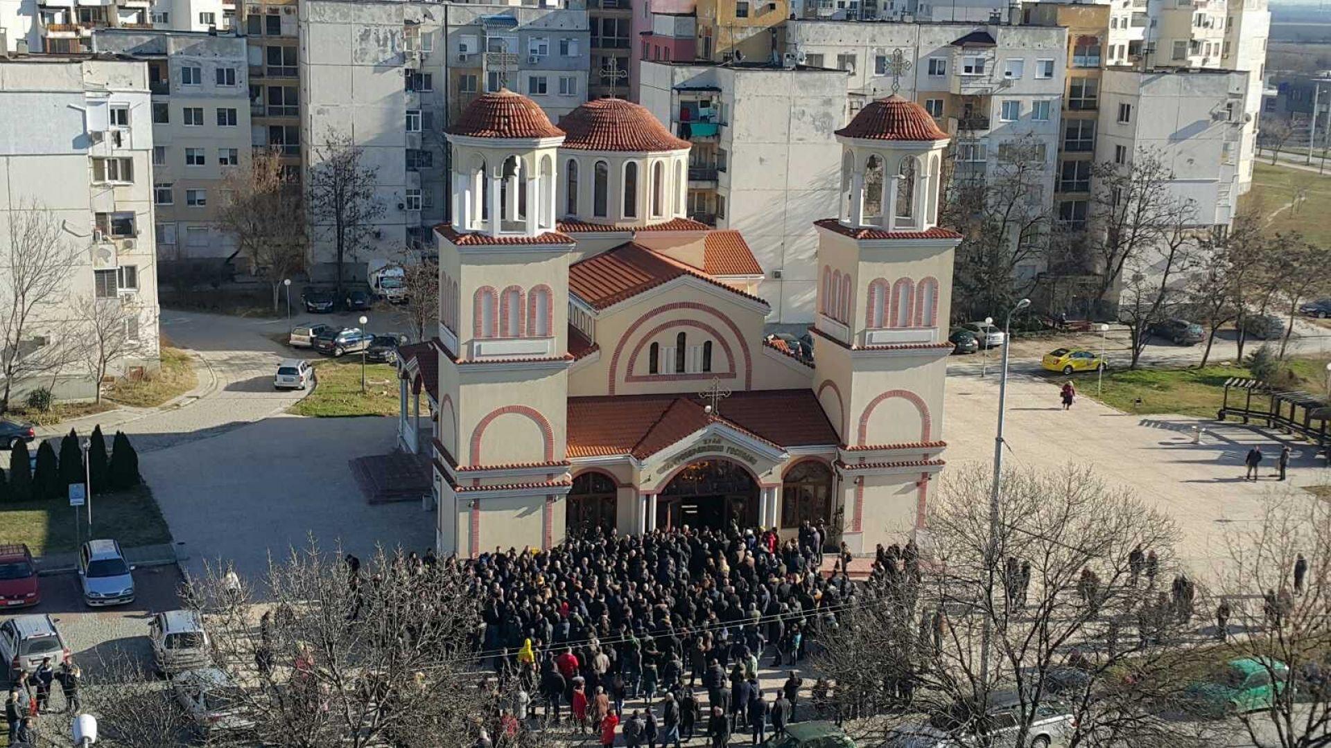 Футболни ръководители, фенове, близки и роднини изпращат Тоско Бозаджийски в Пловдив