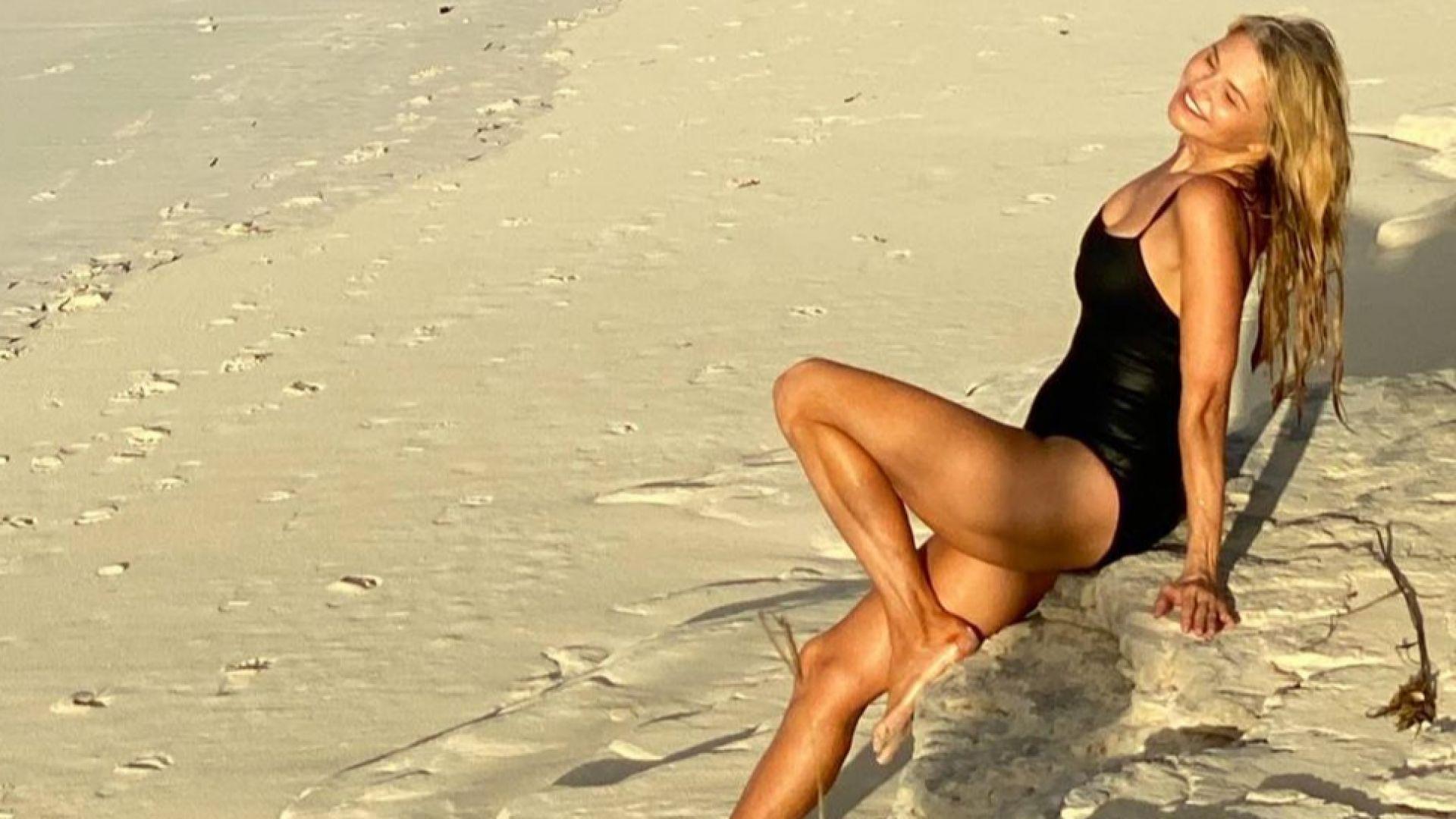 Кристи Бринкли зашеметяваща по бански на 65