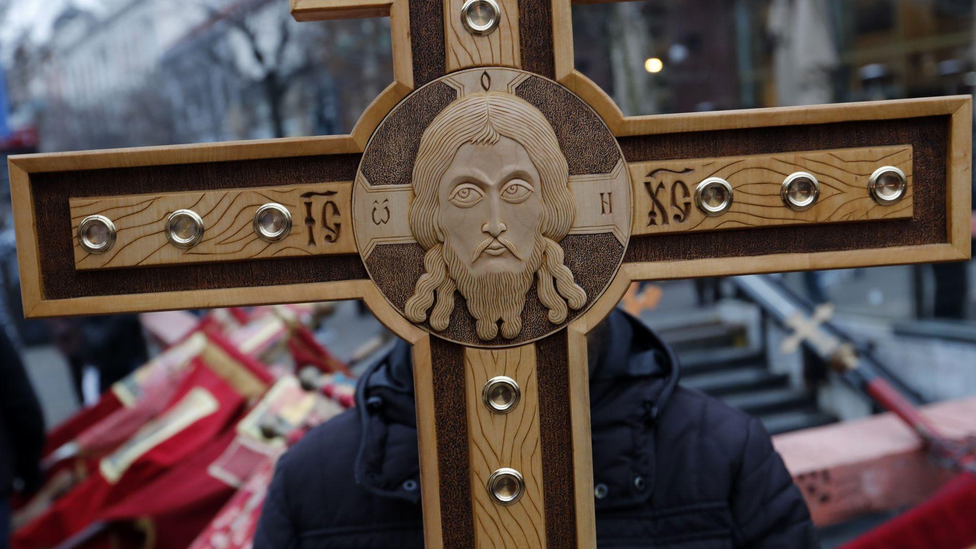 """Сръбската църква поведе многохиляден протест срещу """"страданията"""" на сърбите на Балканите"""