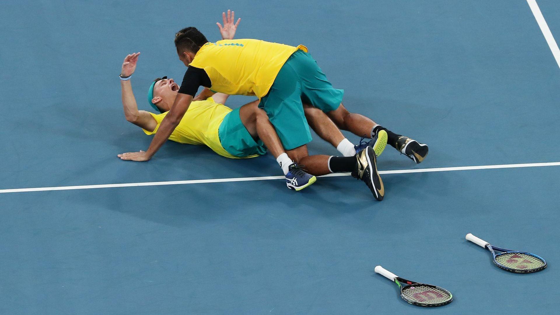 Австралия оцеля при 4 мачбола в луда драма срещу британците