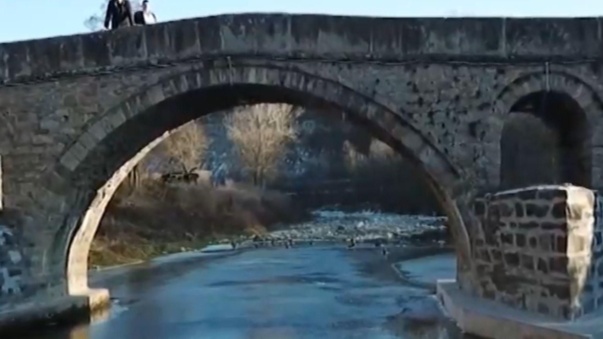 Кой и защо бетонира моста на Кольо Фичето в Дряново?
