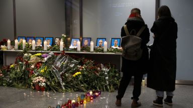 И Зеленски не изключи ракетен сценарий за трагедията с украинския самолет