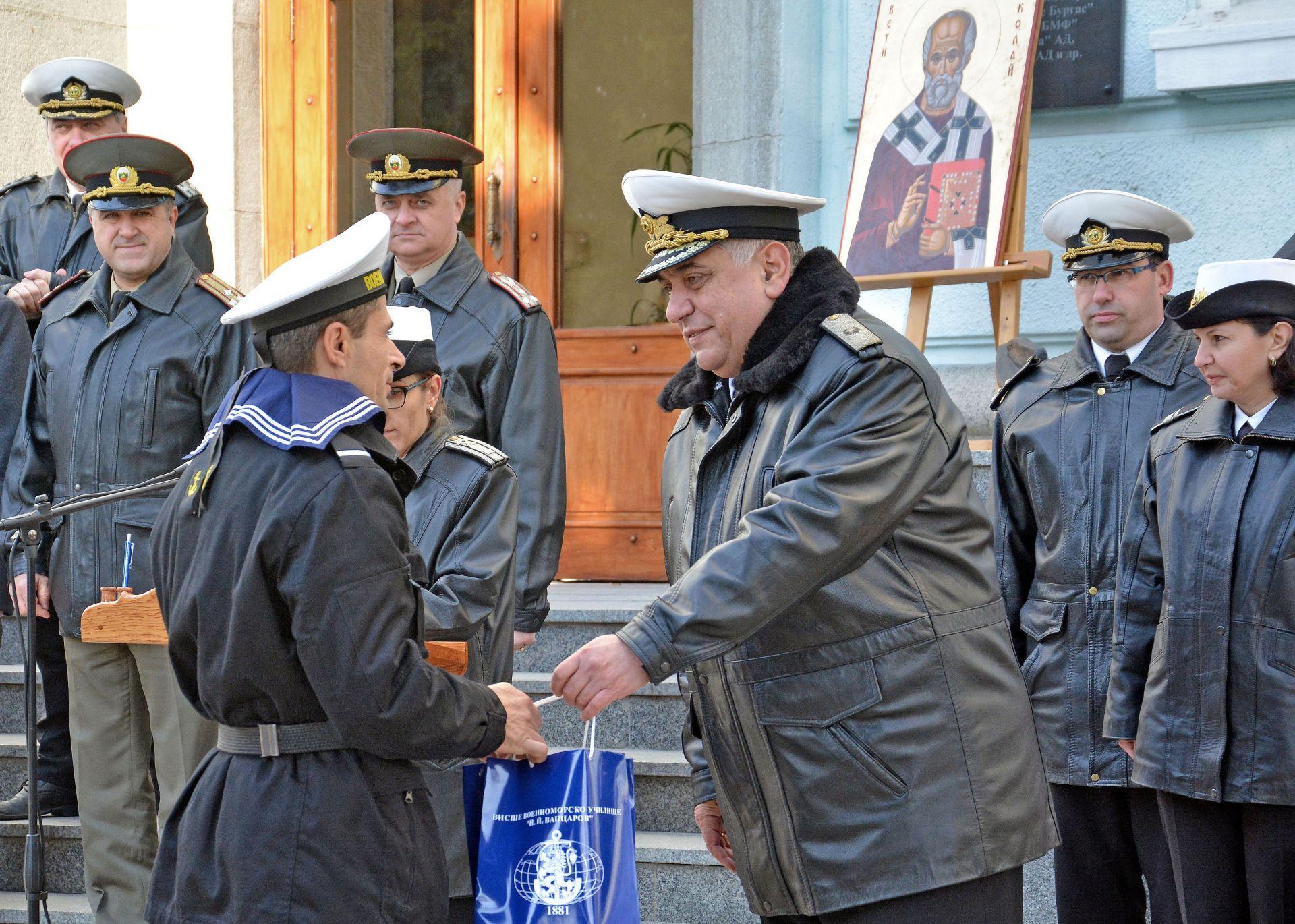 След военните почести бяха обявени заповеди за награждаване на военнослужещи, курсанти и цивилни служители