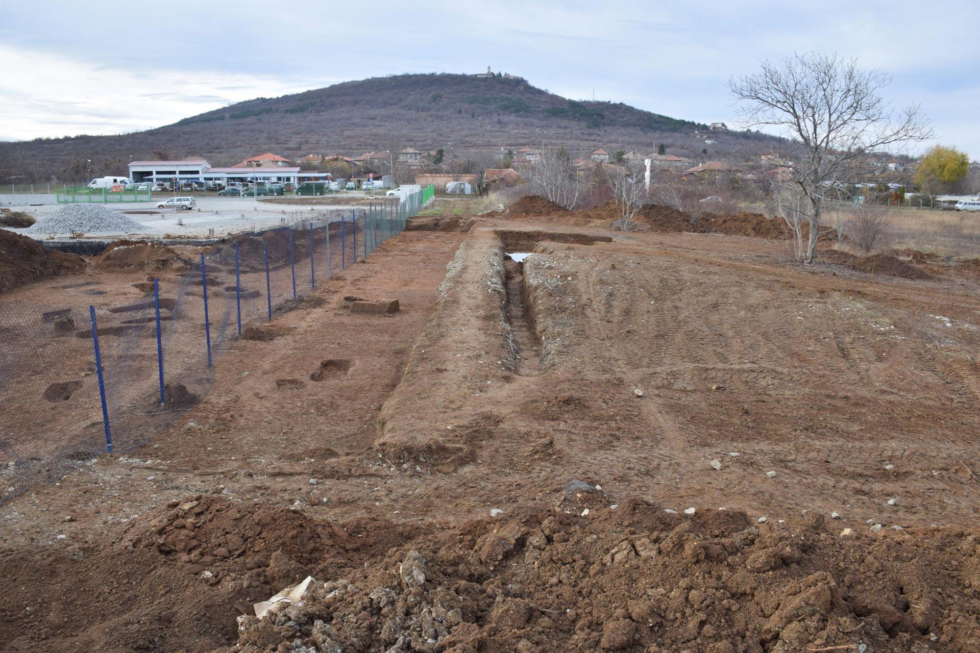 Теренните проучвания на архолозите на надгробната гробна могила от III век в Лясковец