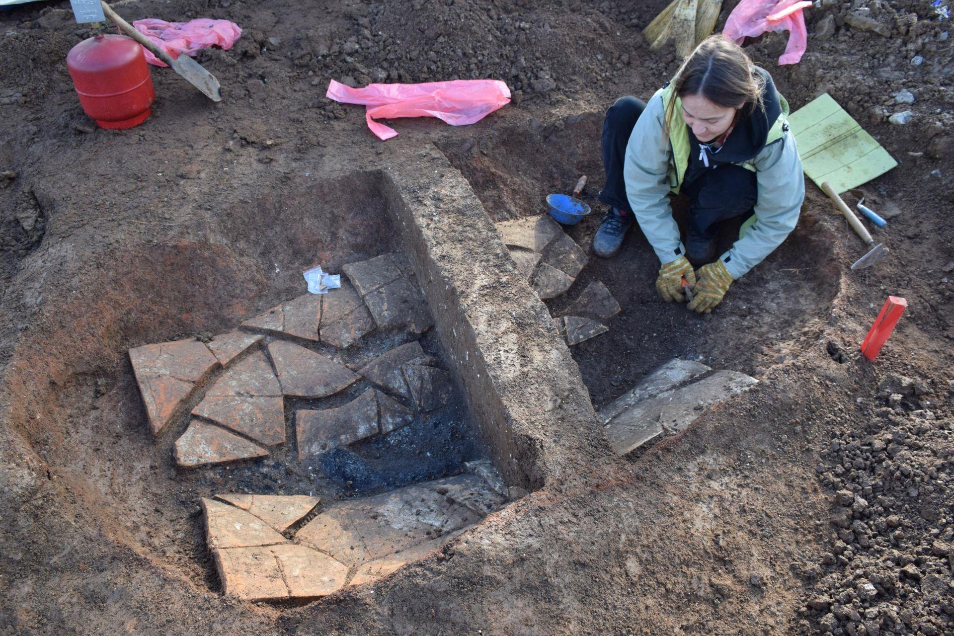 Богата надгробна могила на воин от римската епоха проучват край Лясковец