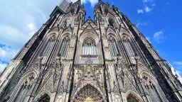 """""""Замъглена преценка"""": Объркаха облак над Кьолнската катедрала с дим"""