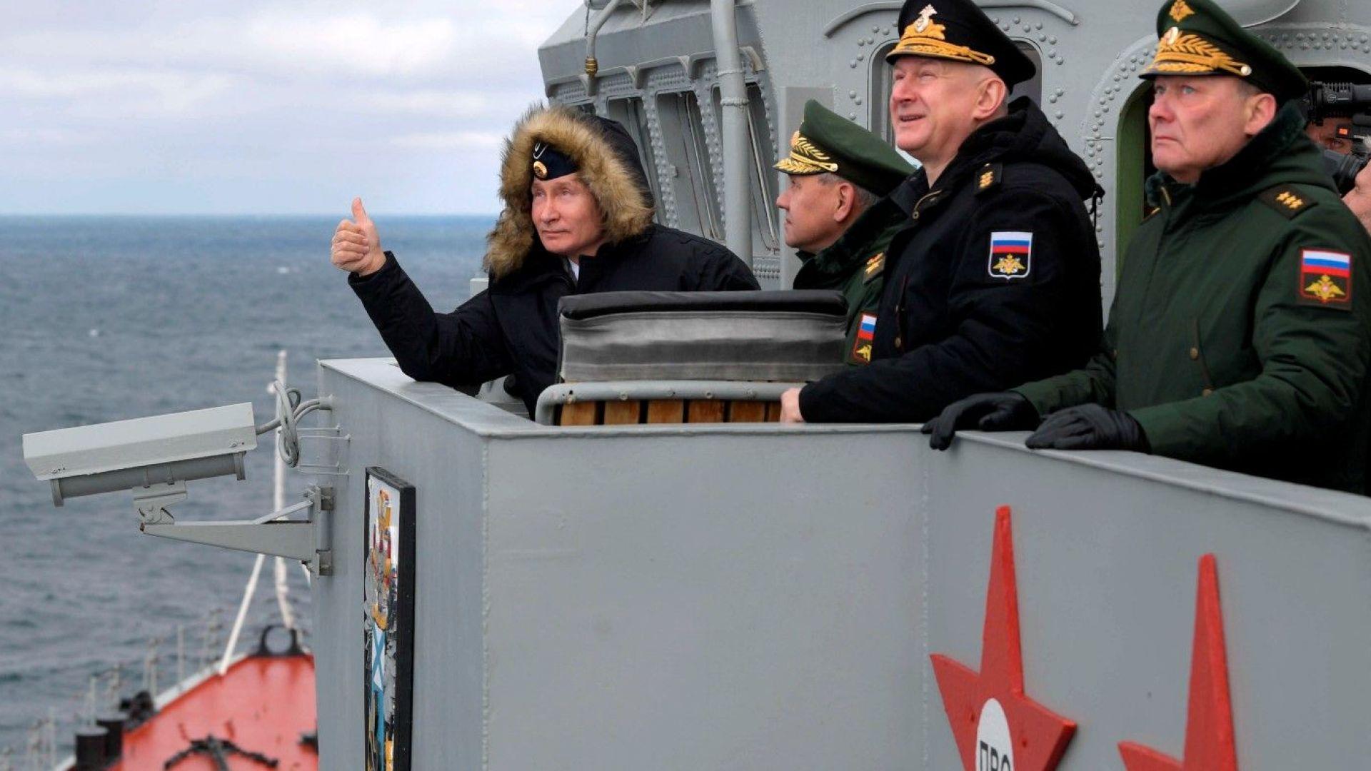 Путин наблюдава маневри в Черно море на борда на крайцер (видео+снимки)