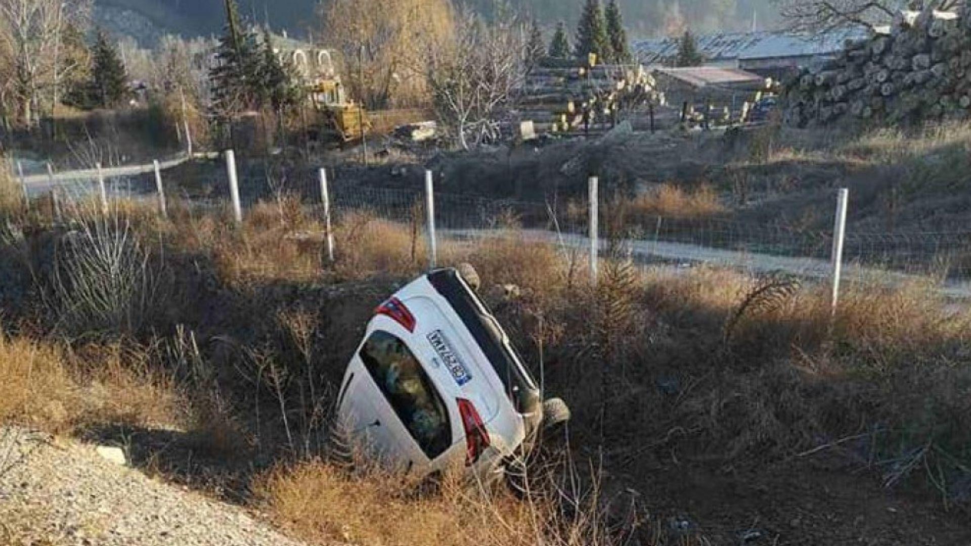 """Кола с гърци излетя от """"Струма"""" и се преобърна в канавка (снимки)"""