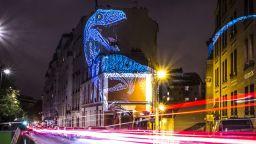 Огромни холограми на динозаври превръщат улиците на Париж в праисторическо сафари