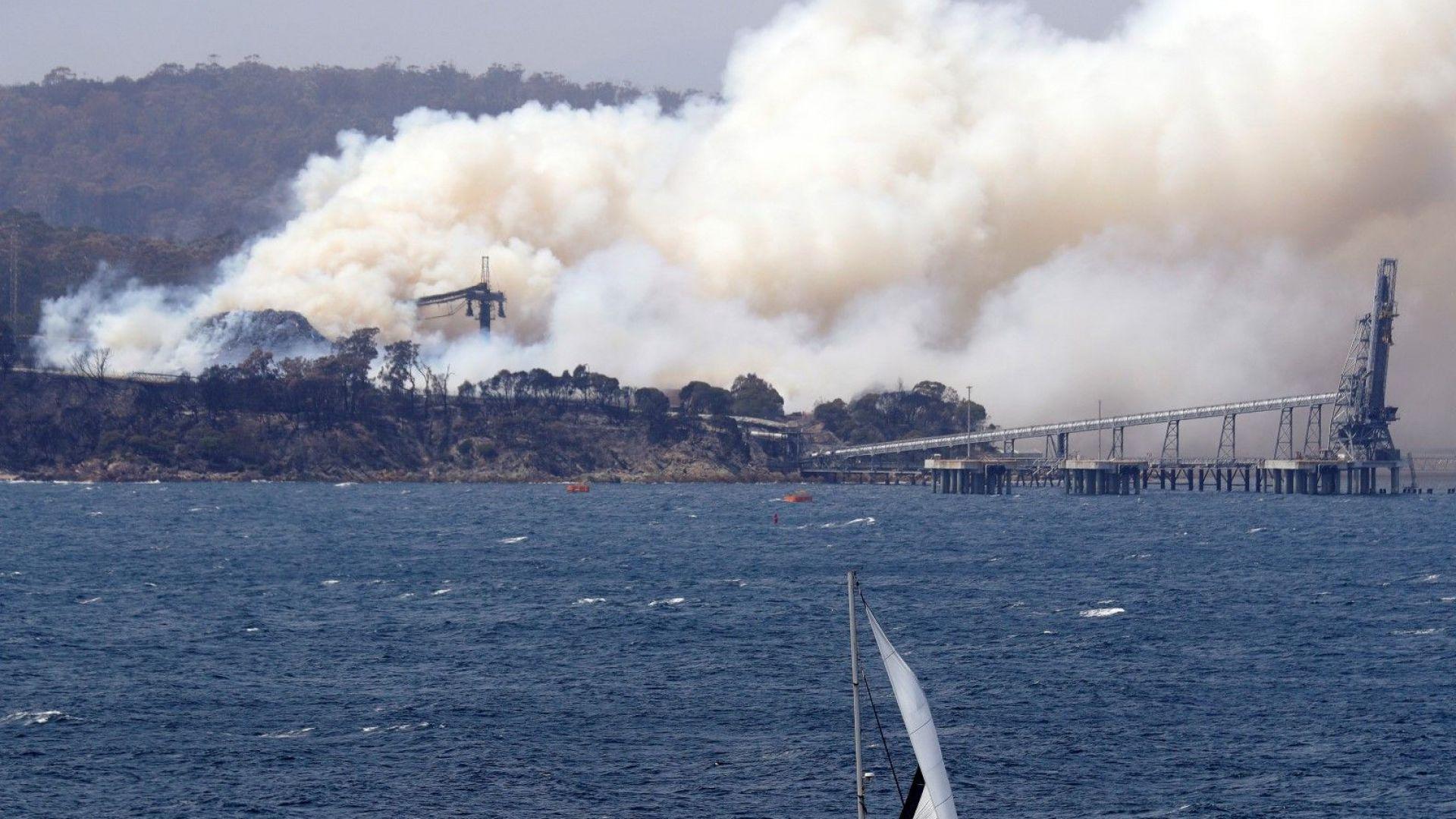 Страховит мега пожар и масова евакуация в Австралия