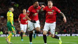 Разгром и първа победа през годината за Манчестър Юнайтед