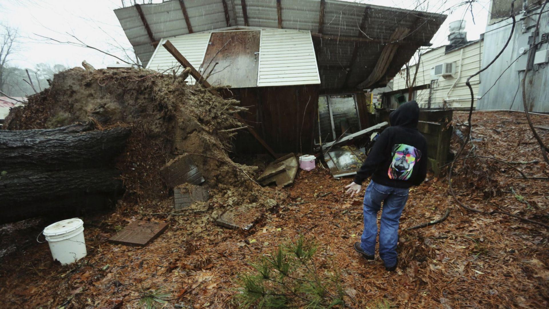 Най-малко деветима души са загинали в мощните бури, които преминават
