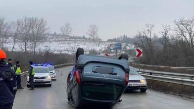 Кола се преобърна край Владая. Сняг и непочистени пътища край Перник