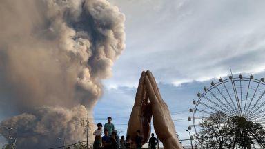 Вулкан изригна във Филипините, евакуират хиляди (снимки и видео)