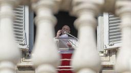 Папата кръсти 32 бебета в Сикстинската капела (видео)