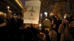 Напрежение с Лондон в Техеран: Демонстранти подпалиха британското знаме пред UK посолството