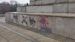 Задържаха тийнейджърки за драсканици по паметника на Съветската армия