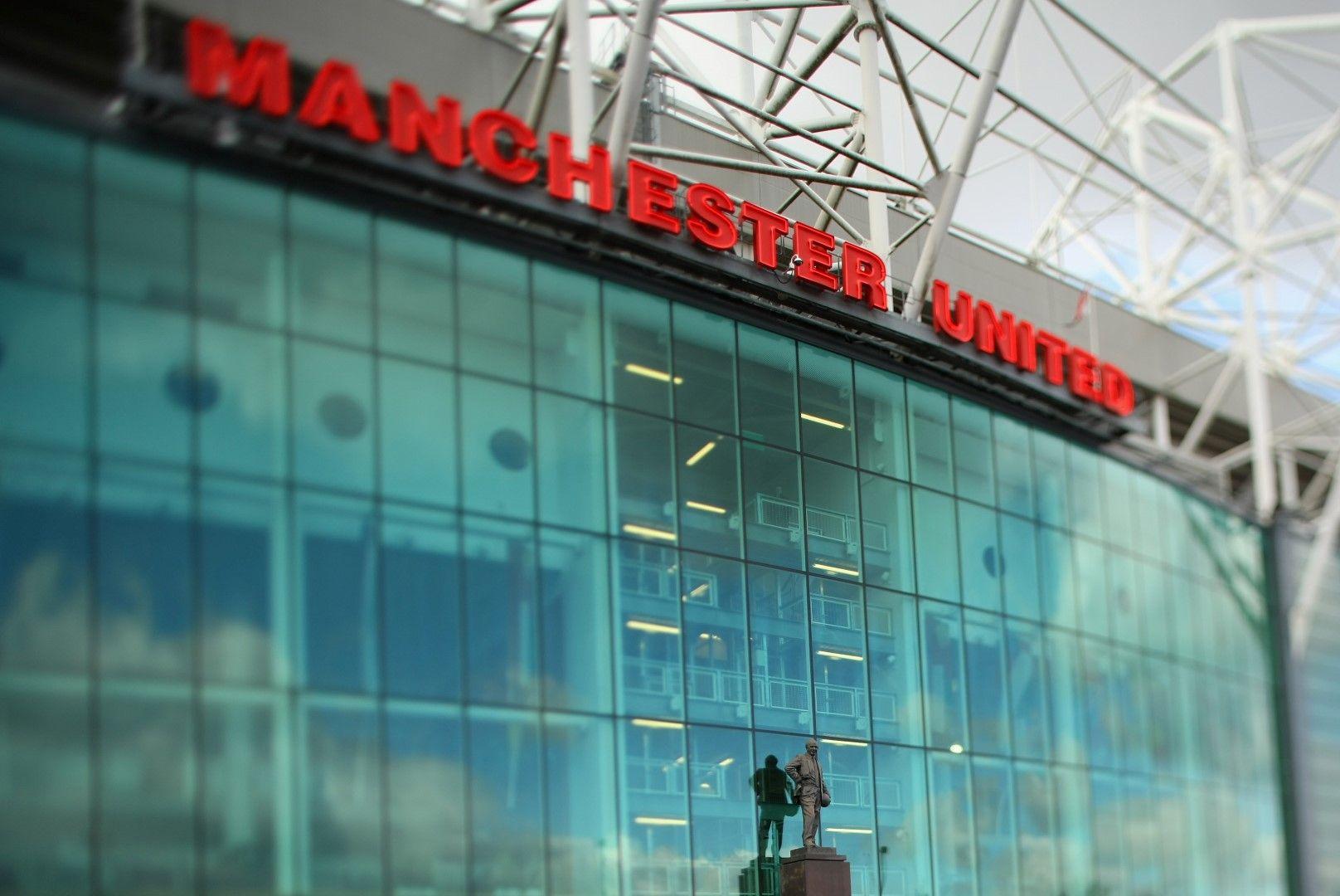 Статуята на Бъзби пред стадиона на Юнайтед