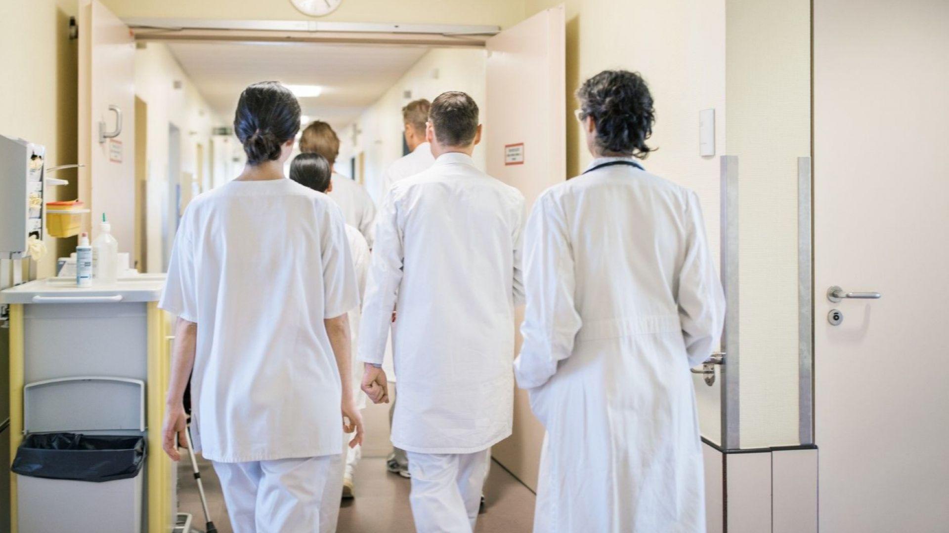 """Митинги """"за"""" и """"против"""" уволнени онколози в Русе"""