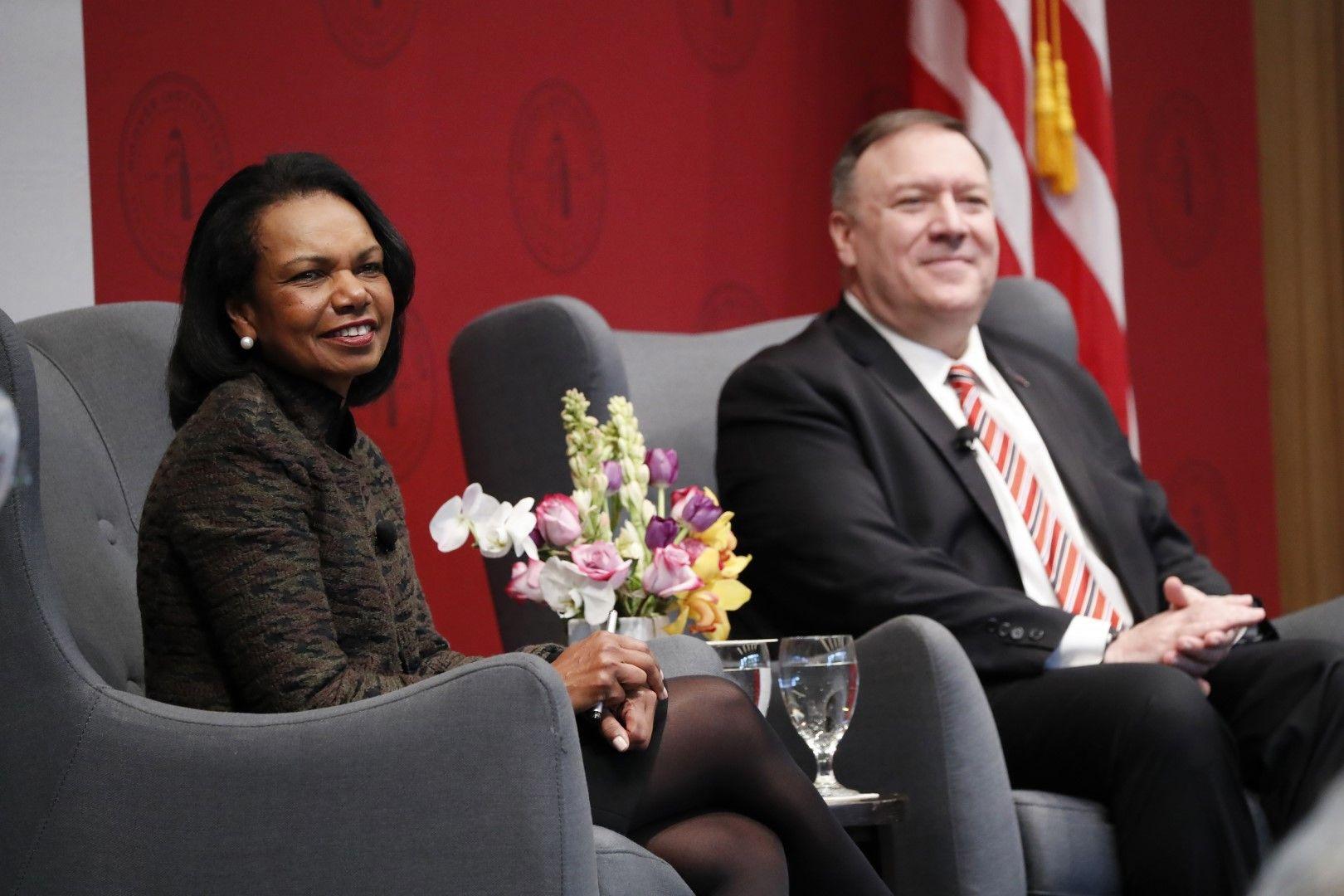 Бившият държавен секретар Кондолийза Райс и настоящият Майк Помпейо по време на изслушването и речта в университета Станфорд